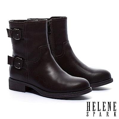 短靴 HELENE SPARK 經典率性俐落金屬釦繫帶粗跟短靴-咖