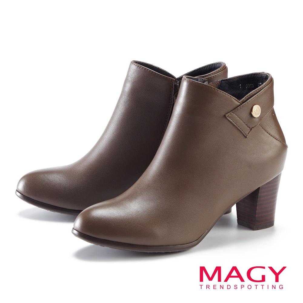 MAGY 金屬LOGO真皮粗高跟 女 短靴 咖啡