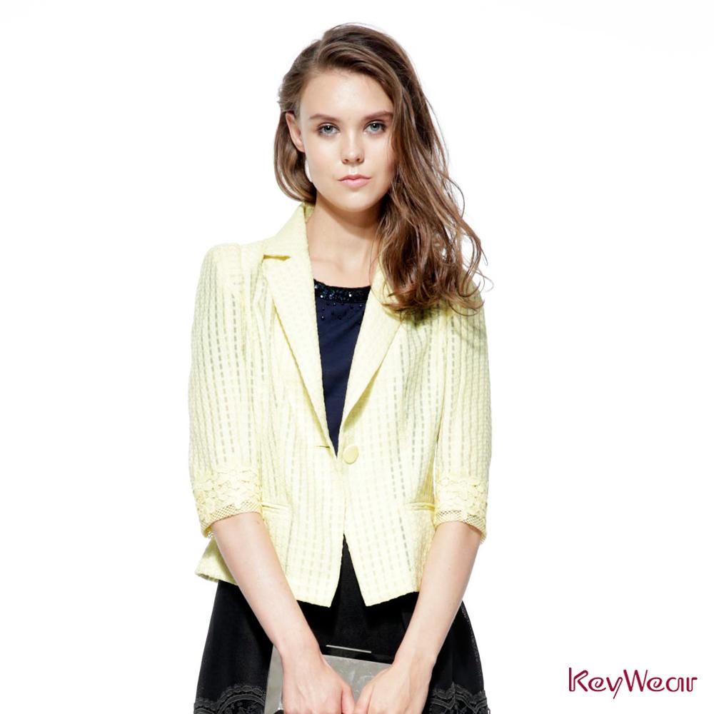 KeyWear奇威名品     簡約透視格紋短版七分袖外套-黃色