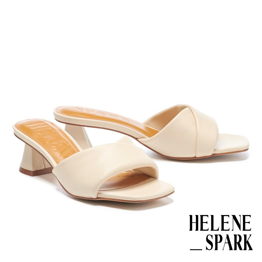 拖鞋 HELENE SPARK 慵懶時髦微V剪裁全羊皮方頭高跟拖鞋-米