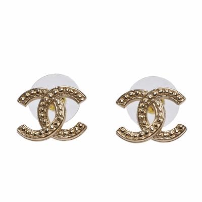 CHANEL 經典雙C LOGO刻紋穿式耳環(金)