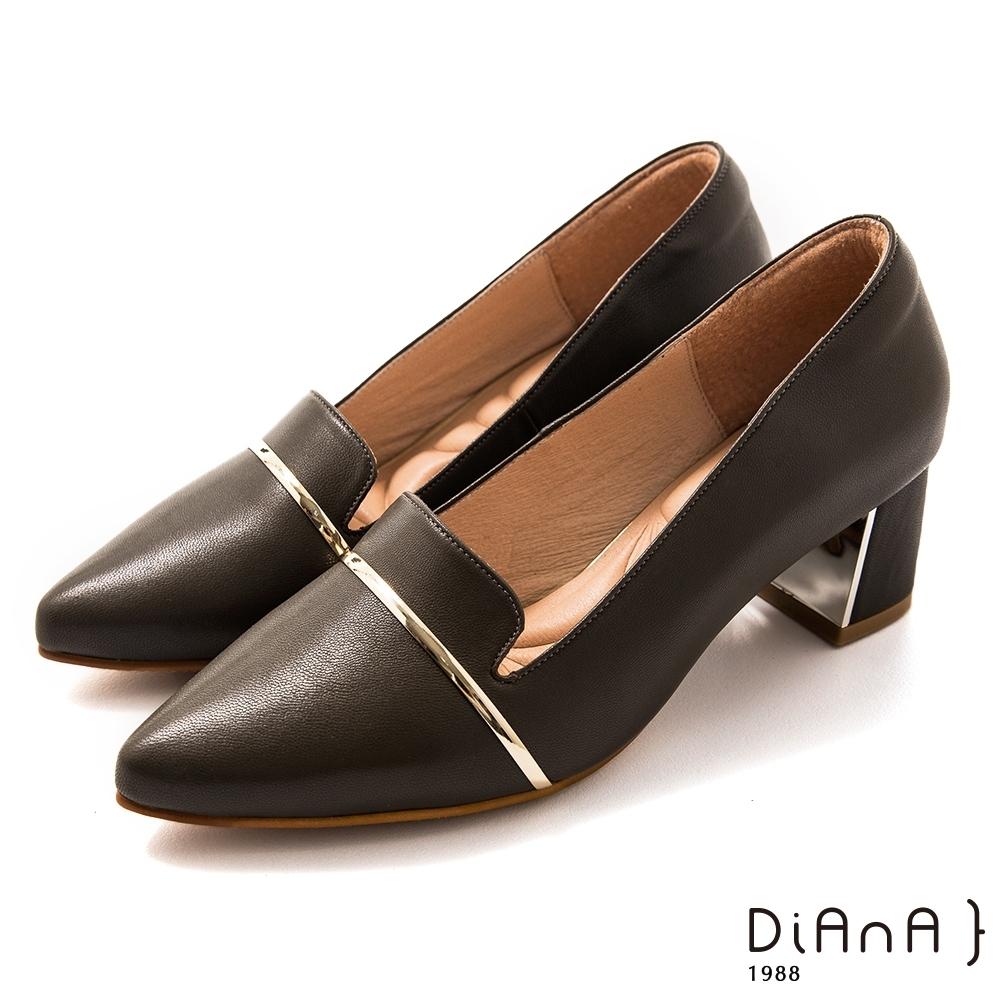 DIANA 5.5cm 羊皮金屬線條拼接鏡面尖頭粗鞋-質感氛圍–黑糖黑