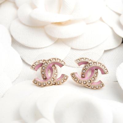 CHANEL 新款香奈兒雙C LOGO金屬鑲珍珠配粉紅琺瑯邊穿式耳環 (金色)