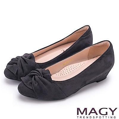 MAGY 復古上城女孩 扭結布料質感楔型低跟鞋-灰色