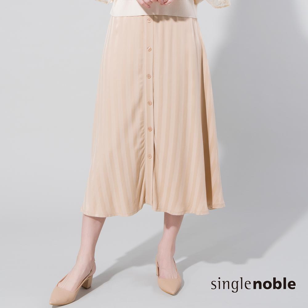 獨身貴族 優雅女神傘襬剪裁排釦條紋長裙(2色)