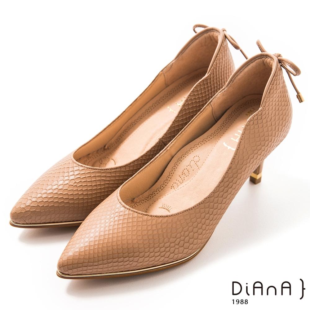 DIANA 6.5cm 壓紋羊皮蝴蝶結後飾釦尖頭跟鞋 -漫步雲端焦糖美人–卡其