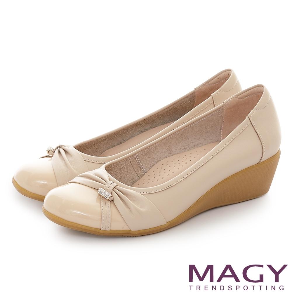 MAGY 真皮抓皺鑽飾楔型 女 中跟鞋 杏色