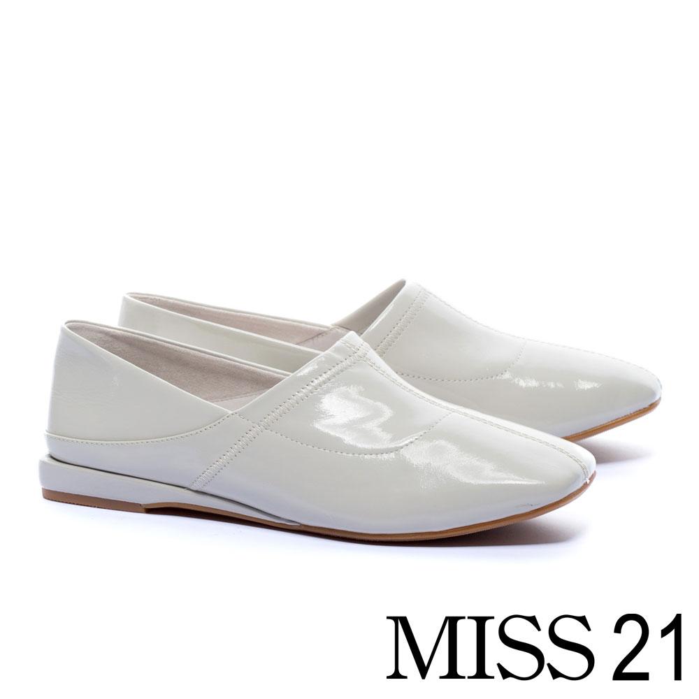 低跟鞋 MISS 21 中性極簡踩腳設計漆皮方頭低跟鞋-白