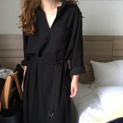MOCO韓版復古暗黑風雙口袋V領附綁帶下擺側開叉黑色連身洋裝