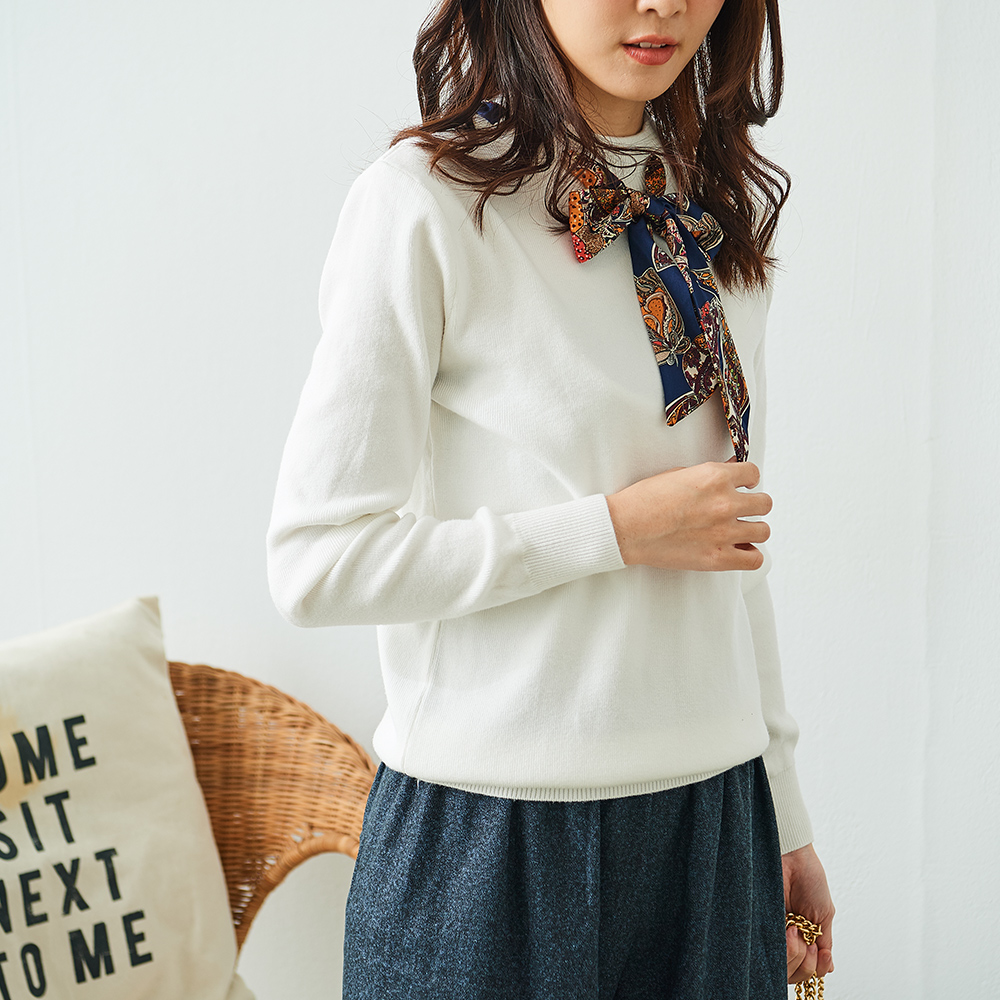 Katie Q 絲巾領順滑針織衫-卡/白