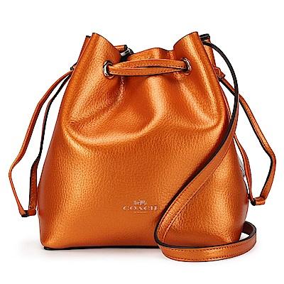 COACH 馬車LOGO素面金屬光感輕盈皮革抽繩束口斜背水桶包-甜橙色