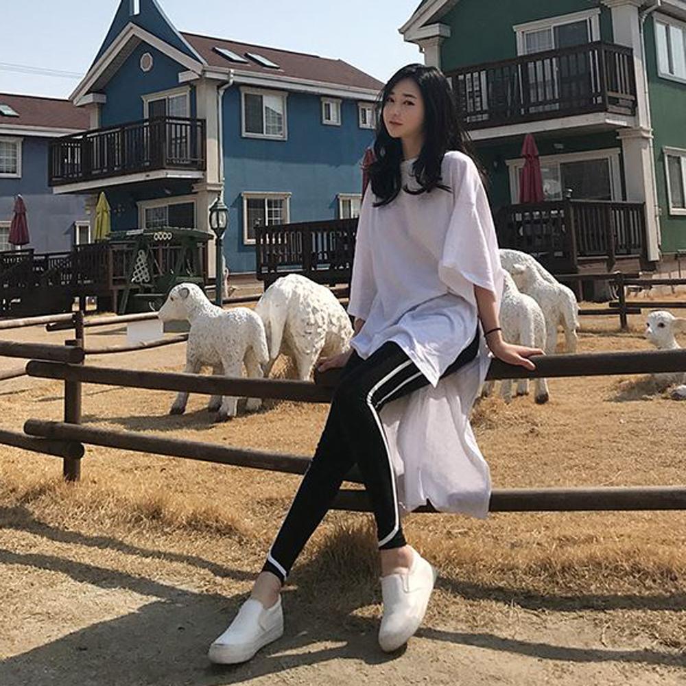 MOCO白色大落肩竹節棉側邊大開叉長版洋裝