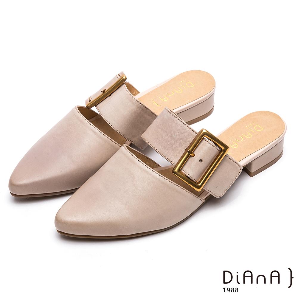 DIANA 時尚潮流--質感雙色羊皮方型釦飾尖頭穆勒鞋–米