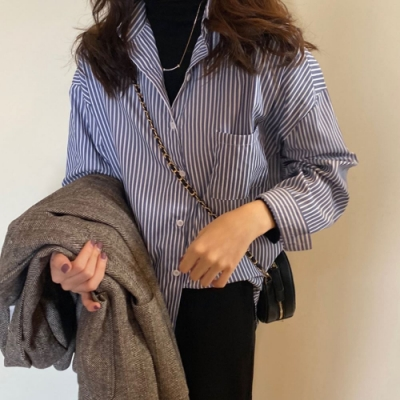 MOCO簡約設計感藍色條紋排釦寬鬆襯衫
