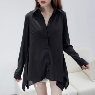 MOCO黑色素面下擺不規則排釦雪紡滑料襯衫