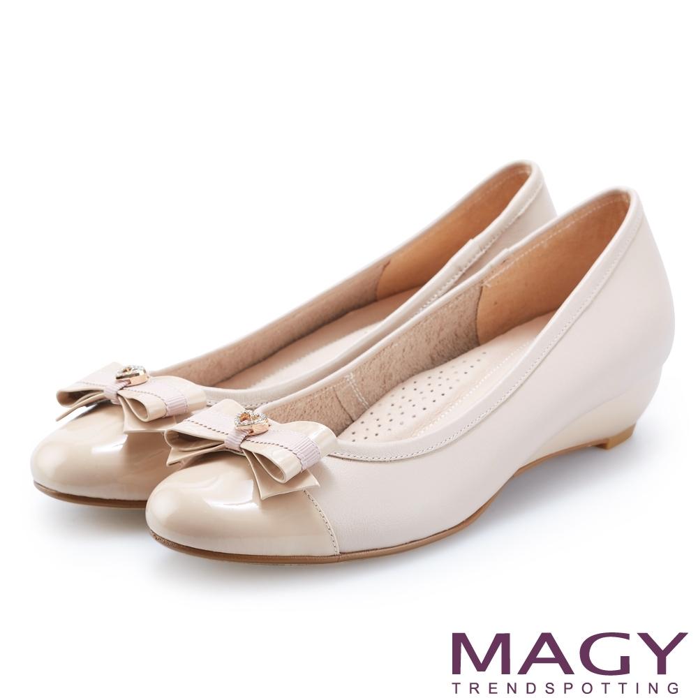 MAGY 氣質系女孩 愛心鑽飾皮革蝴蝶結楔型跟鞋-裸色