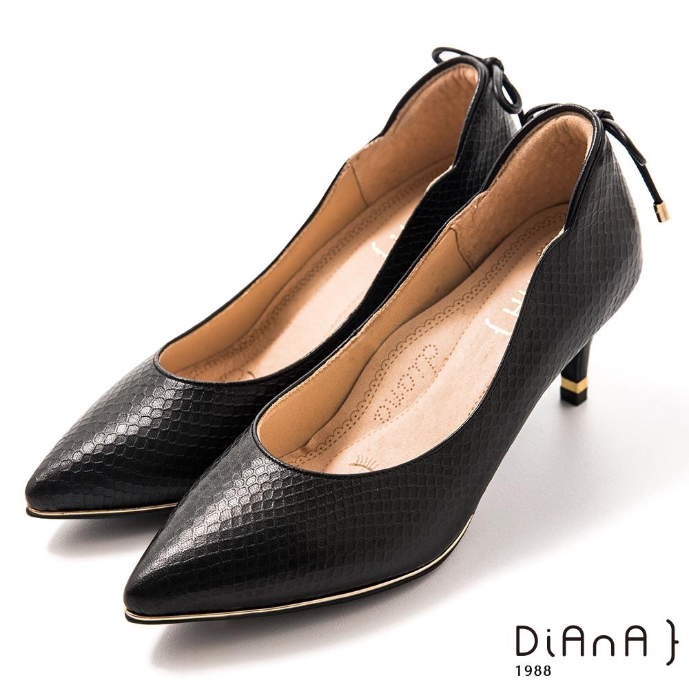DIANA 6.5cm 壓紋羊皮蝴蝶結後飾釦尖頭跟鞋 -漫步雲端焦糖美人–黑