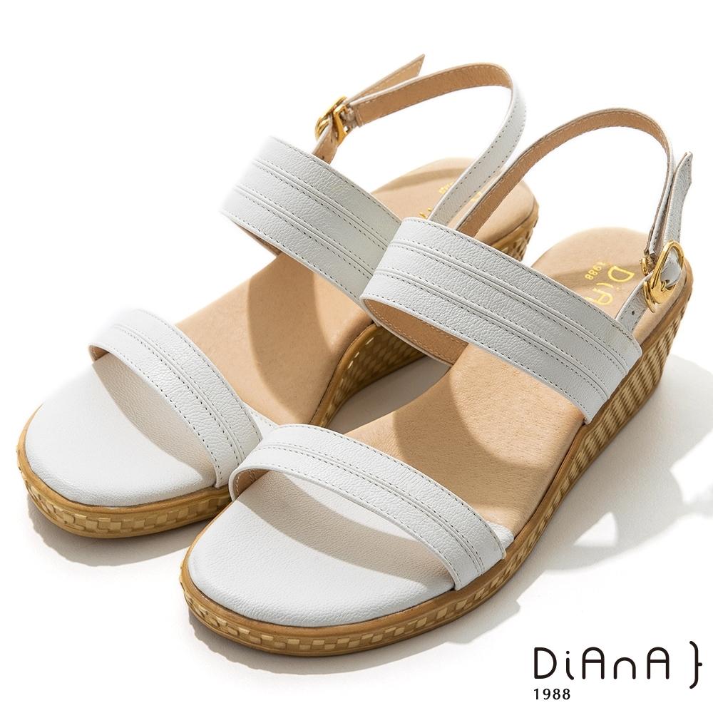 DIANA 5cm 質感牛皮一字帶環踝草編楔型涼鞋-牛奶糖