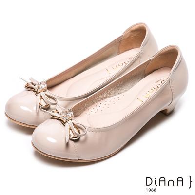 DIANA 溫潤質感—牛漆皮綁帶蝴蝶結圓頭低跟鞋-卡其
