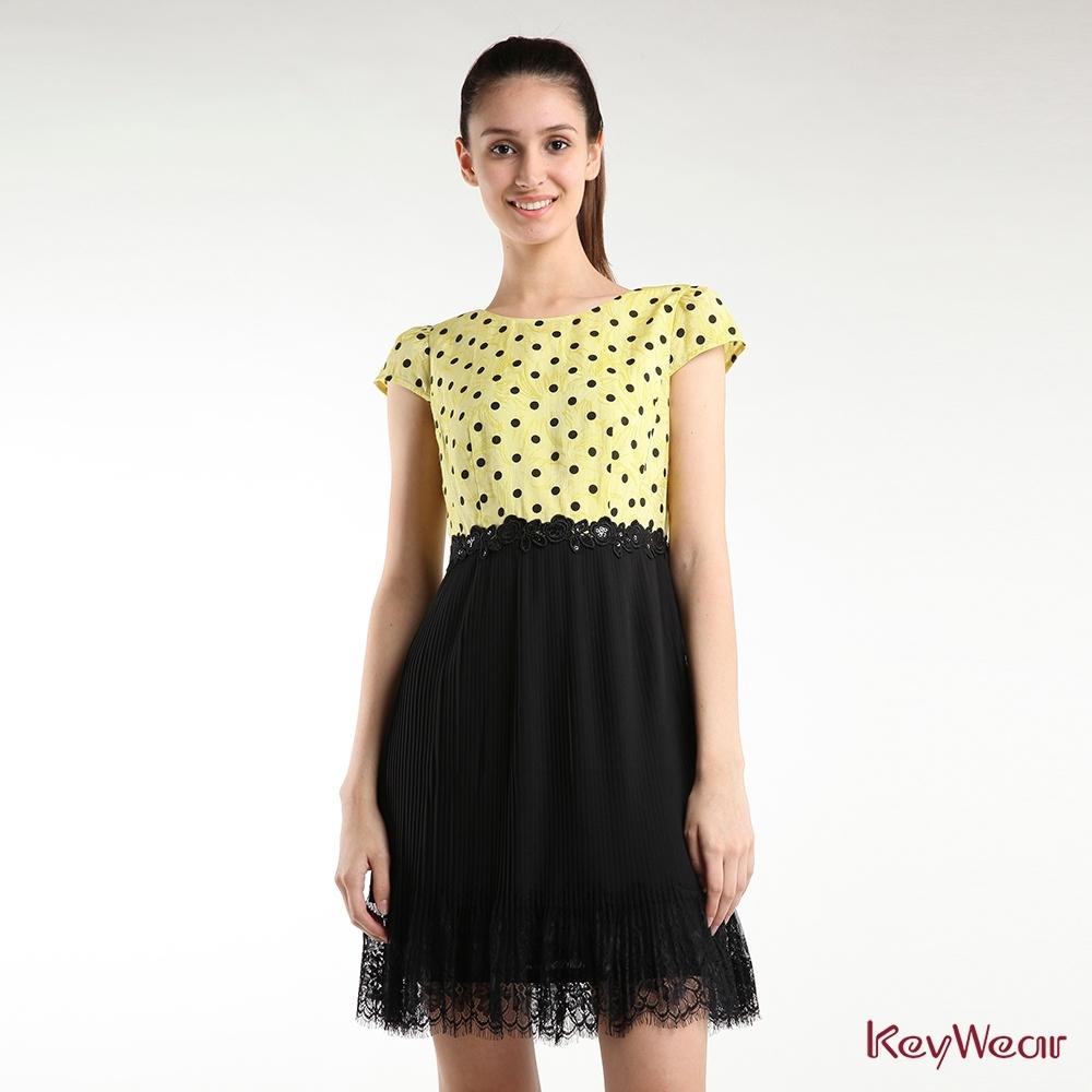 KeyWear奇威名品    甜美緹花拼接壓褶雪紡短袖洋裝-黃色