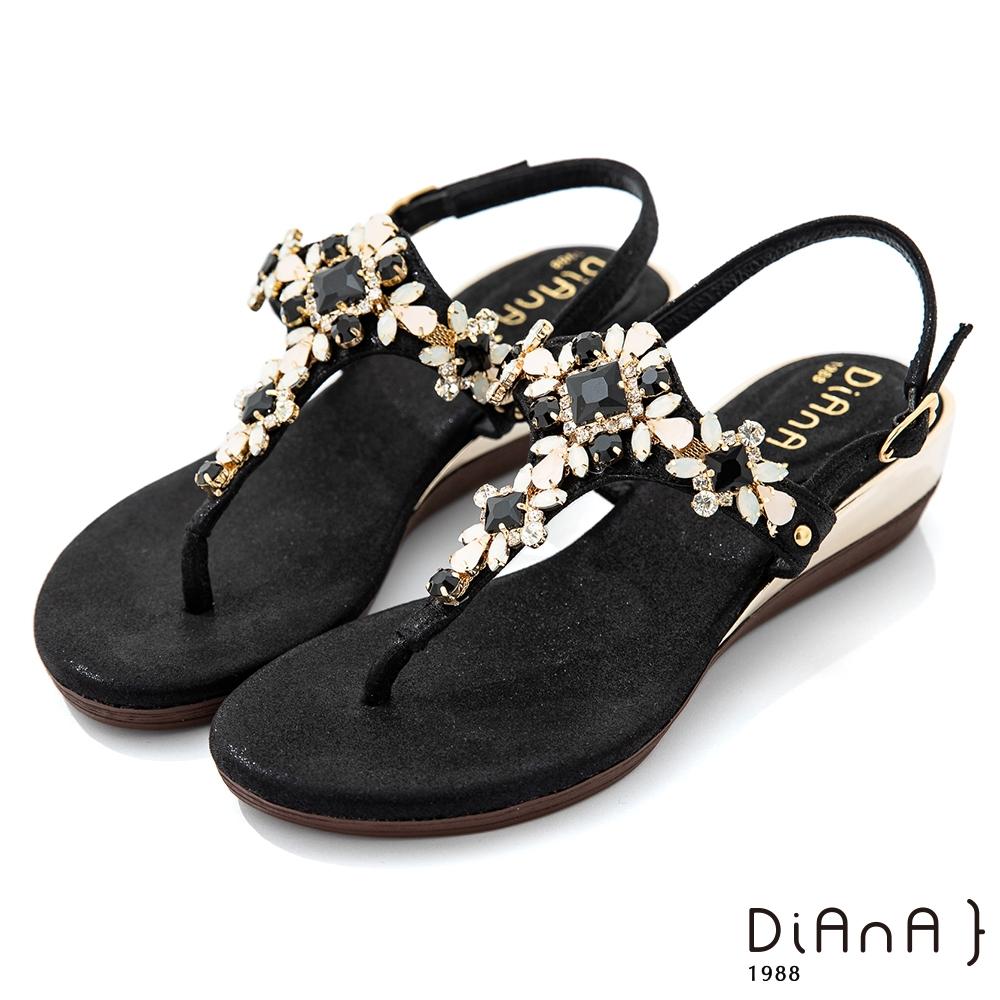 DIANA 3.7cm 質感羊紋超纖X水鑽花朵寶石楔型T字夾腳涼鞋-異國風情-黑