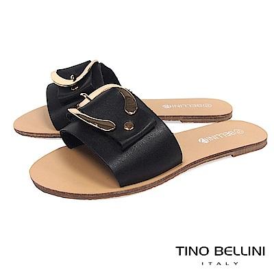 Tino Bellini 摩登C字皮帶釦平底涼拖鞋 _ 黑