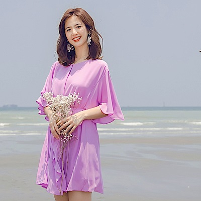 iMODA STAR-臧芮軒。純色附綁帶飄逸雪紡荷葉拼接層次喇叭五分袖洋裝