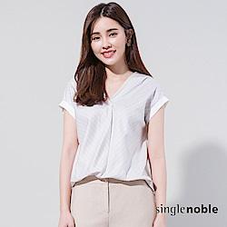 獨身貴族 都會感異材質拼接壓褶V領上衣(2色)