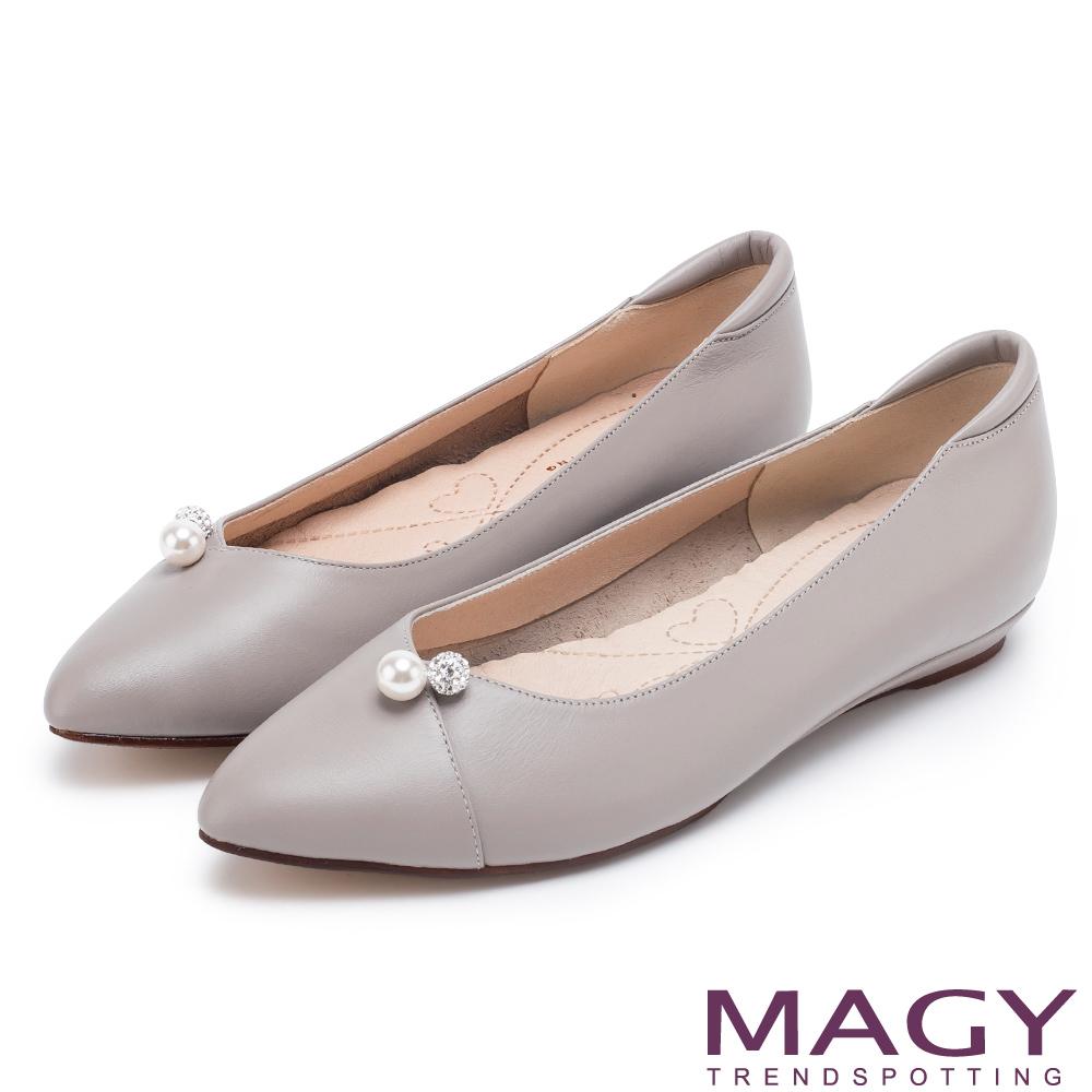 MAGY 氣質首選 典雅素面珍珠水鑽牛皮平底鞋-灰色