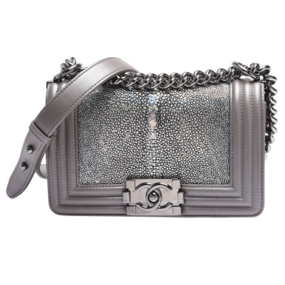 CHANEL 經典BOY系列珍珠魚皮亮黑色金屬釦壓邊肩背包(灰-20CM)