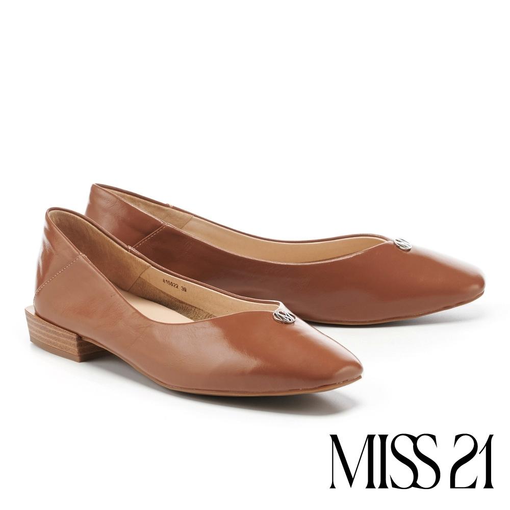 低跟鞋 MISS 21 極簡質感品牌 LOGO 釦飾方頭低跟鞋-棕