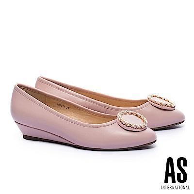 低跟鞋 AS 典雅金屬珍珠圓釦全真皮楔型低跟鞋-粉
