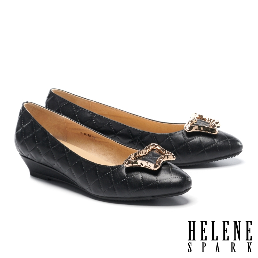 低跟鞋 HELENE SPARK 典雅菱格壓紋金屬飾釦全真皮楔型低跟鞋-黑