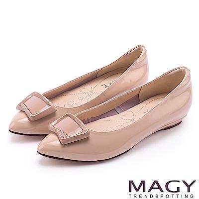 MAGY 清新氣質款 方型飾釦牛皮尖頭平底鞋-粉膚