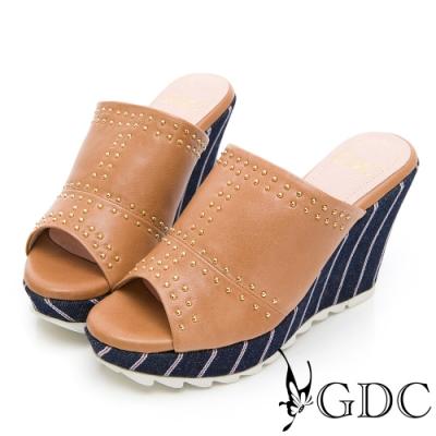 GDC-丹寧女孩真皮鉚釘拼接楔型拖鞋-棕色