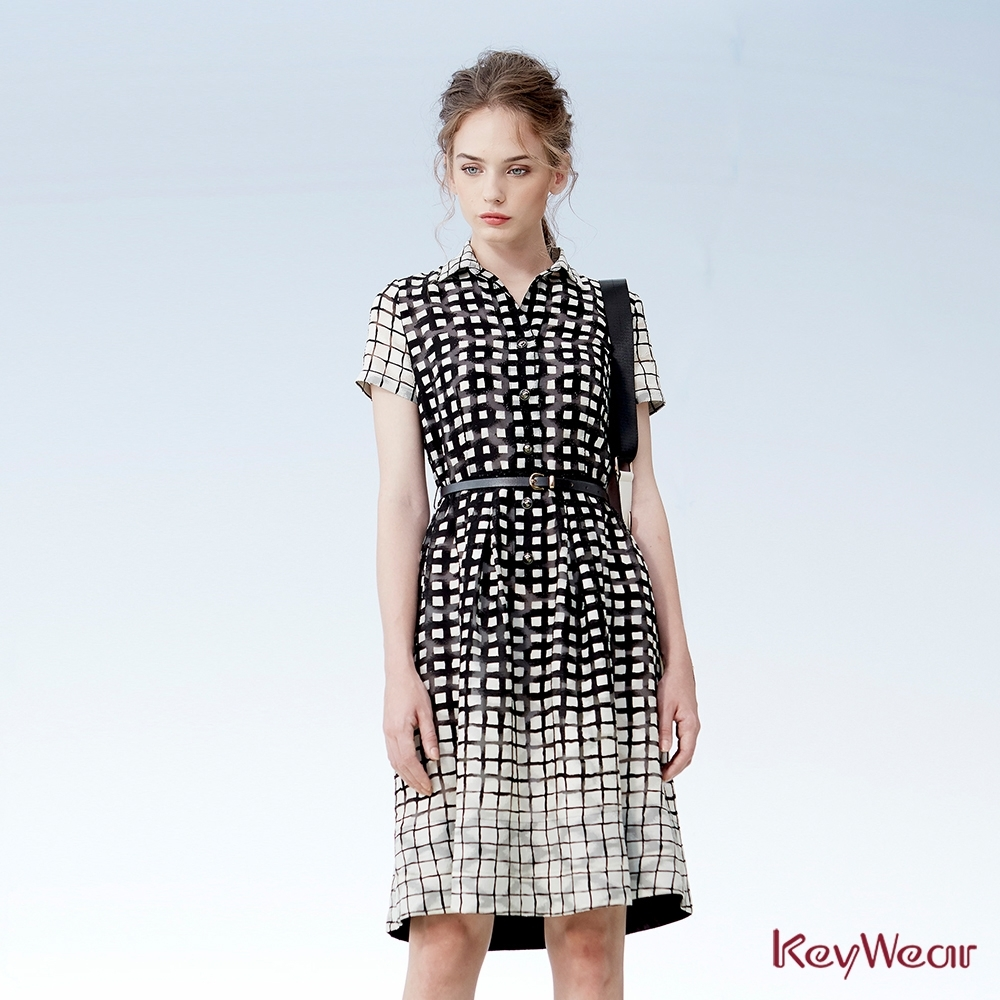 KeyWear奇威名品    黑底白格時尚短袖洋裝-黑色