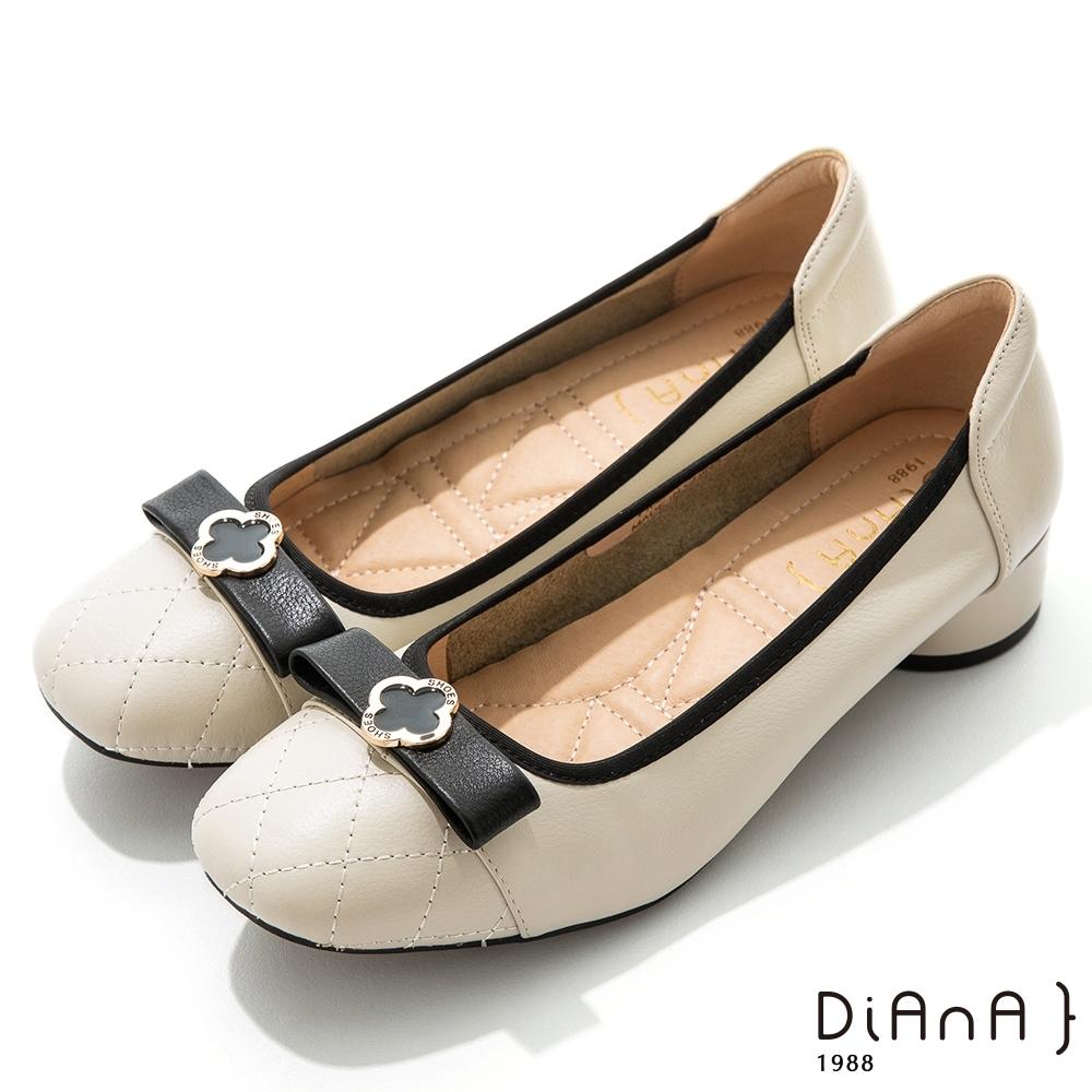 DIANA 3.5cm牛皮菱格紋蝴蝶結幸運草金釦方頭跟鞋-質感氛圍-米白