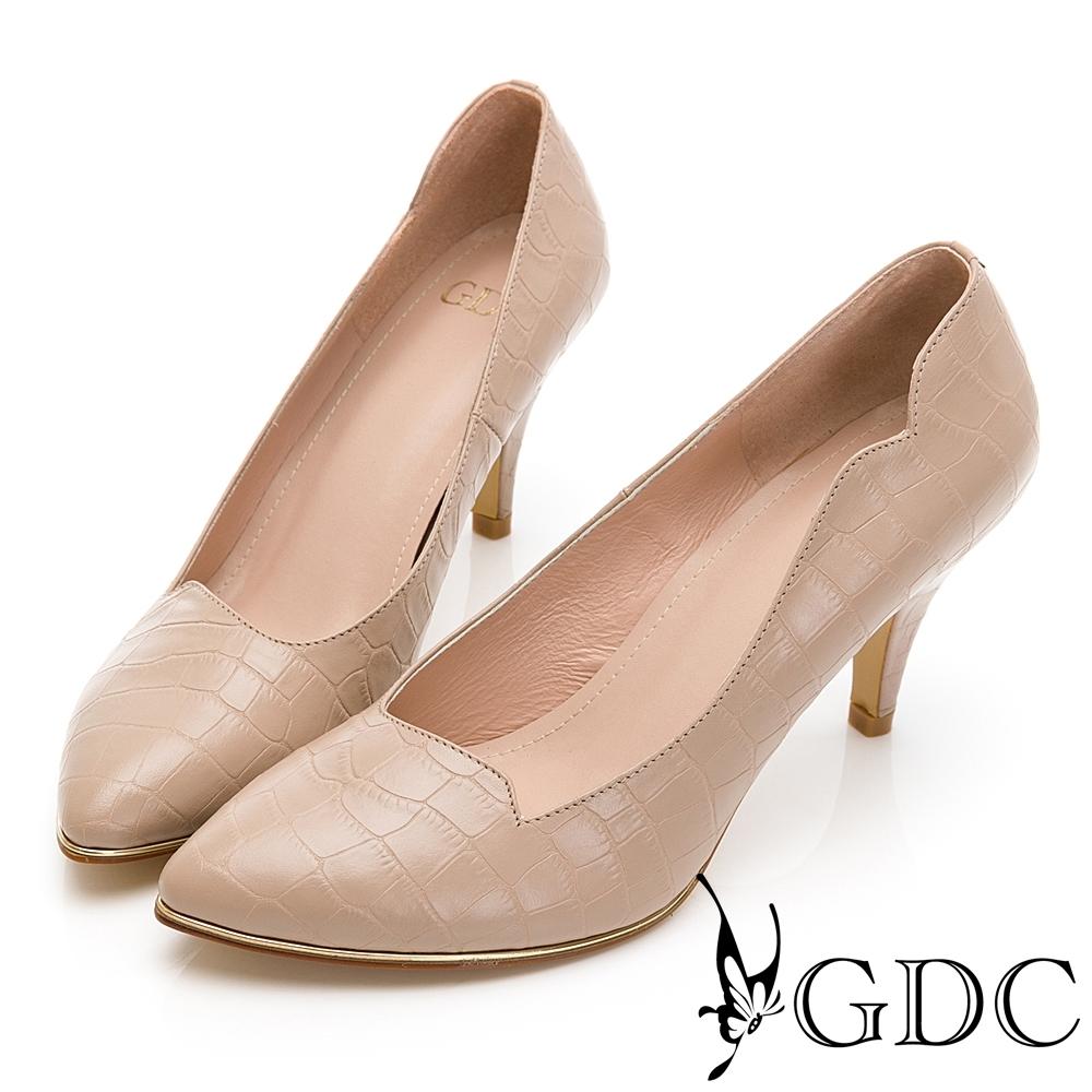 GDC-真皮時髦壓紋都會上班素色基本設計感中跟尖頭鞋-粉膚色