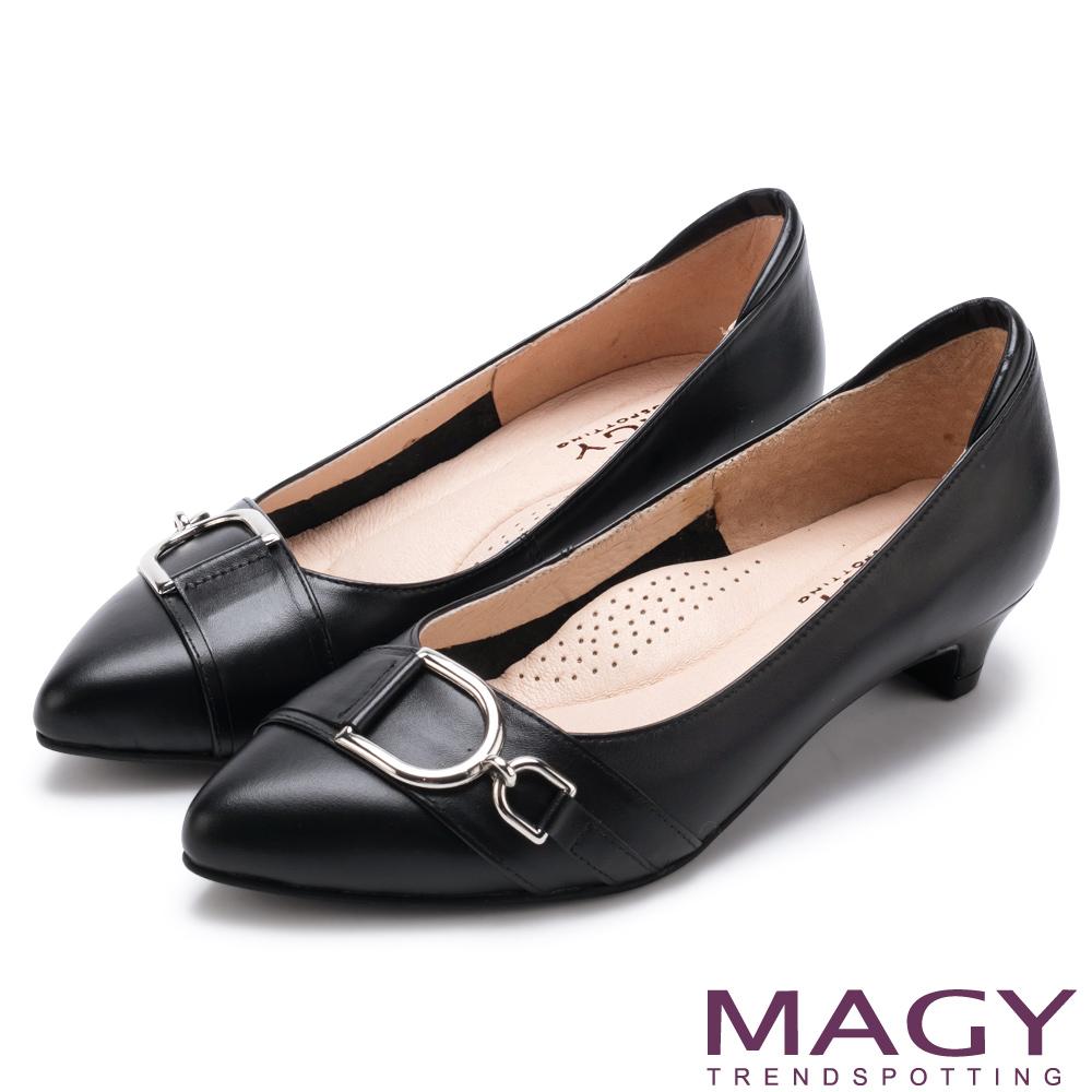 MAGY 氣質通勤款 D型扣環牛皮尖頭低跟鞋-黑色