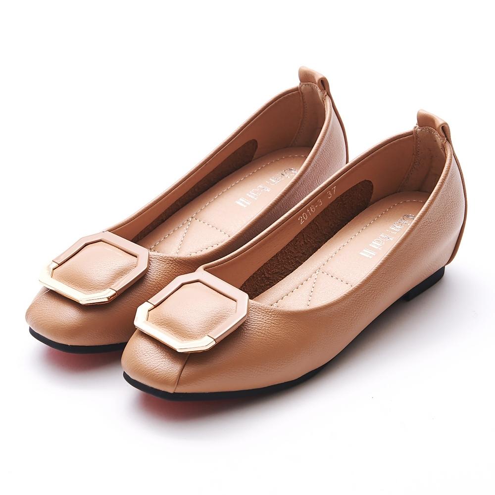 A one  拼接材質八角框飾釦內增高平底包鞋-杏色