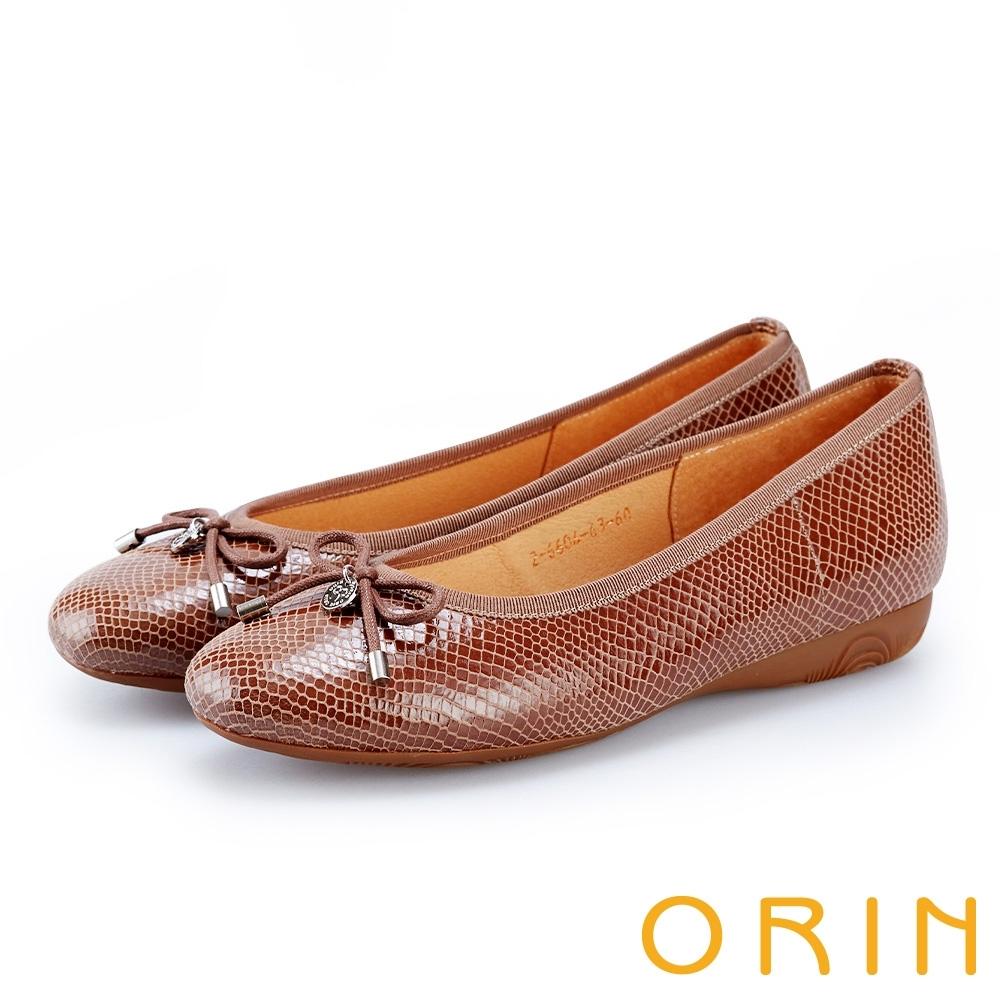 ORIN 輕熟魅力 特殊龍紋羊皮平底娃娃鞋-棕色