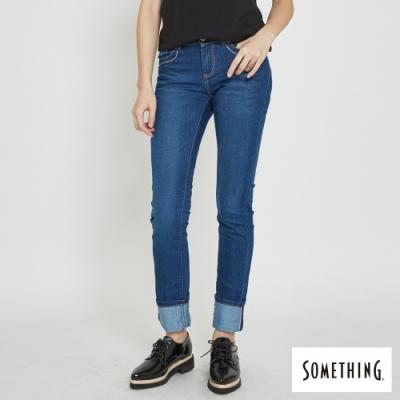 SOMETHING CELELB 菱格皮標翻摺直筒牛仔褲-女-中古藍