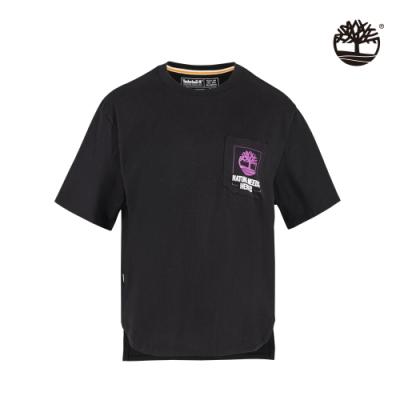 Timberland 女款黑色NATURE NEEDS HEROES口袋圖案短袖T恤 A2FY3