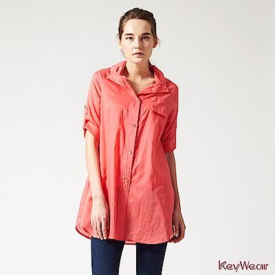 KeyWear奇威名品    100%純棉變化領型修飾八分袖襯衫-珊瑚紅色