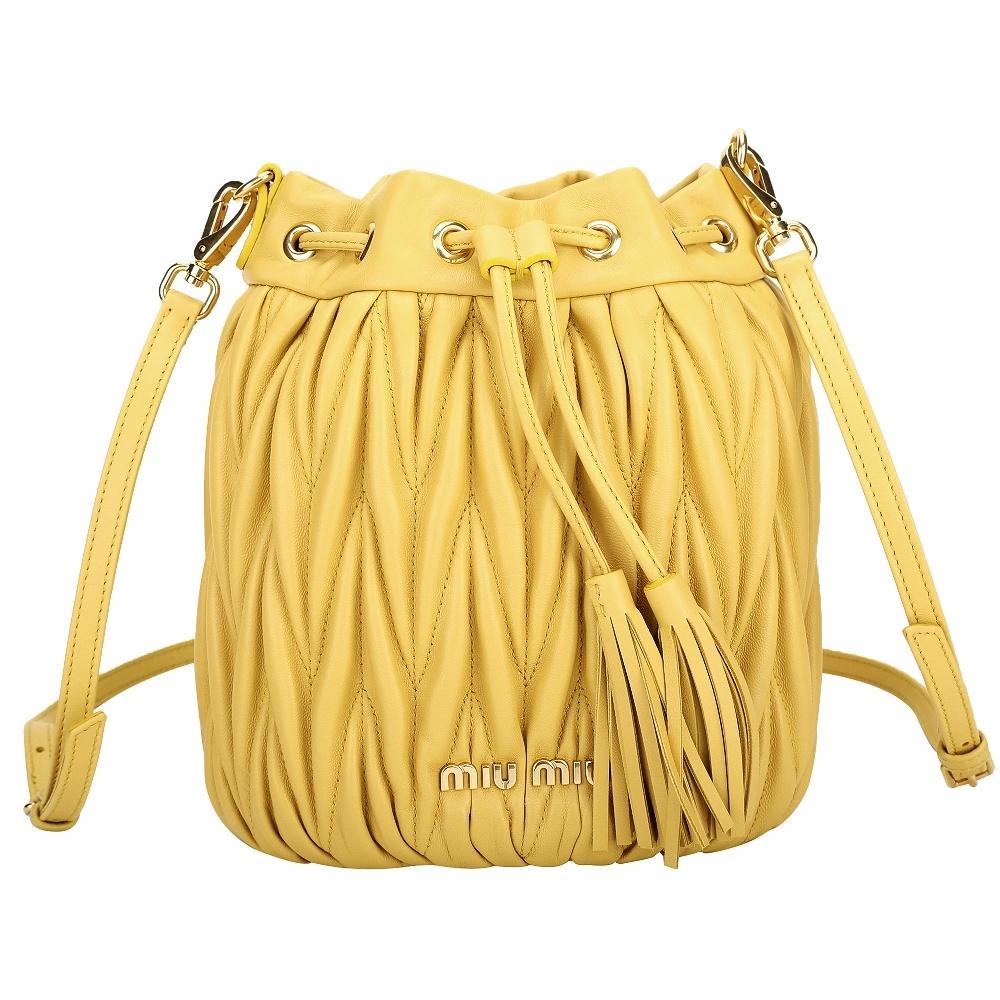 miu miu Matelasse 抓皺納帕皮革束口斜背水桶包(黃色)