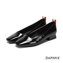 達芙妮DAPHNE 低跟鞋-典雅字母印刷方頭低跟鞋-醇黑