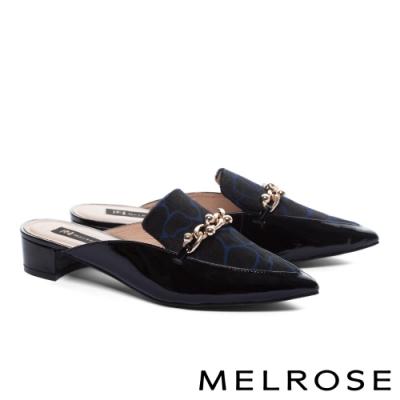 穆勒鞋 MELROSE 質感率性金屬飾釦漆皮拼接尖頭低跟穆勒拖鞋-藍黑