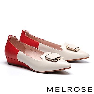 高跟鞋 MELROSE 知性大方淺金飾釦羊皮拼接壓紋牛皮尖頭楔型高跟鞋-米
