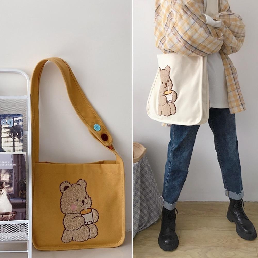 【89 zone】日系可愛小熊刺繡單肩斜挎/手提包(喝奶茶的小熊米白仿羊羔絨)