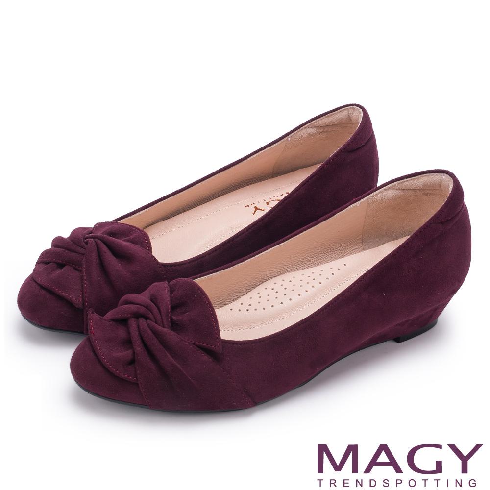 MAGY 復古上城女孩 扭結布料質感楔型低跟鞋-酒紅